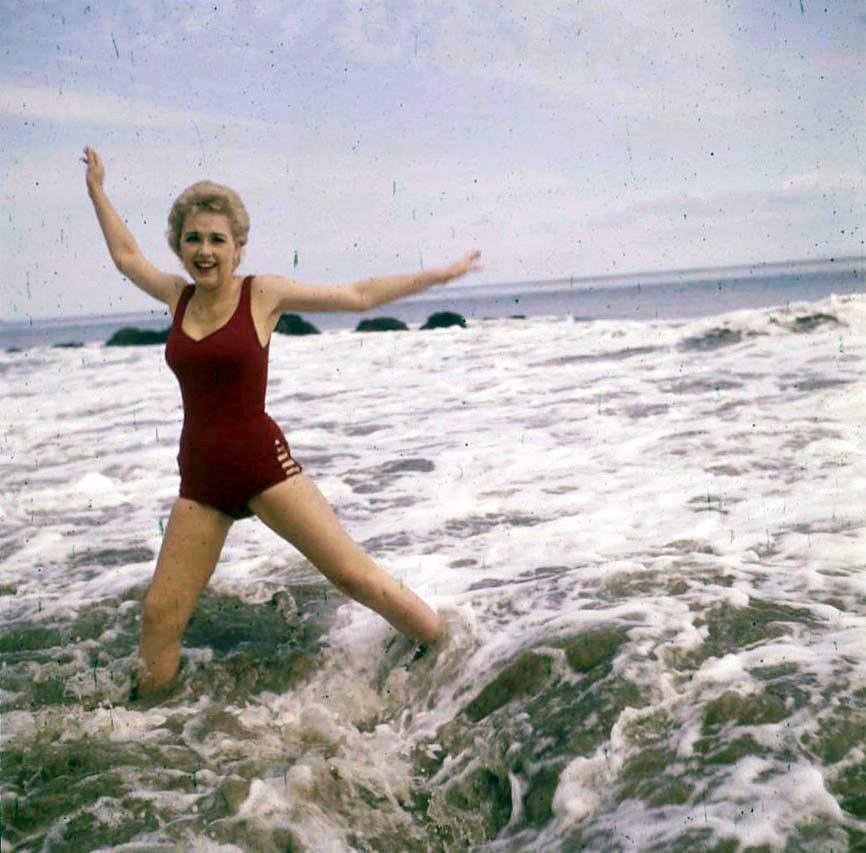 Stella Stevens Schallwig shoot Beach 02
