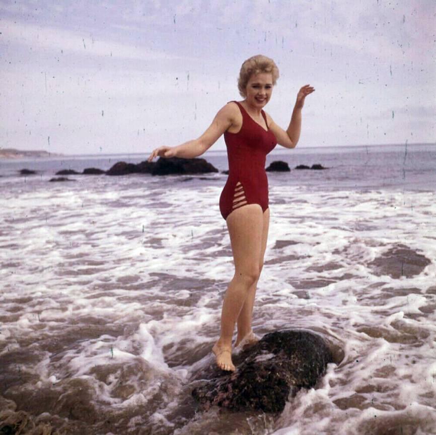 Stella Stevens Schallwig shoot Beach 03