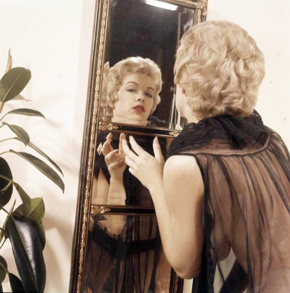 Stella Stevens Schallwig shoot mirror 01