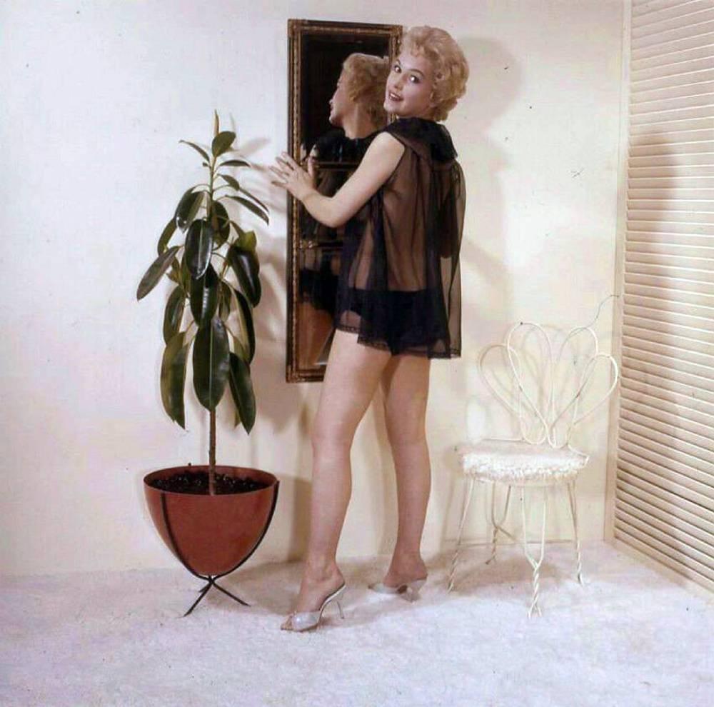 Stella Stevens Schallwig shoot mirror 02